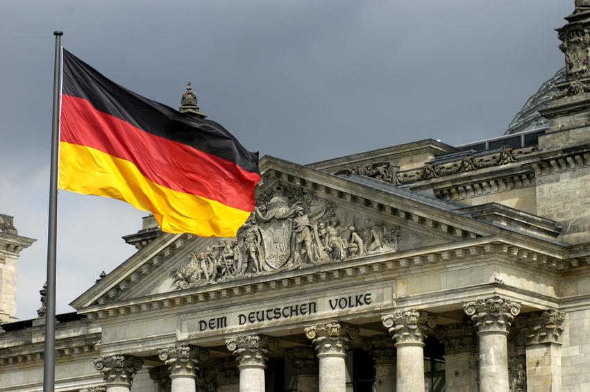 Fahne vor dem Reichstag in Berlin; Bildquelle: Bernd Leitner (Fotolia)
